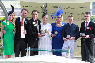 ROYAL ASCOT TUES 16 JUNE 2015  PICTURE: CAROLINE NORRIS     CHANELLE, LEFT, AND ANTHONY MCCOY PRESENTING THE TROPHIES FOR THE WINDSOR CASTLE STAKES WON BY WASHINGTON DC TO MV MAGNIER, KATE WACHMAN, GAY SMITH, RYAN MOORE AND AIDAN O'BRIEN