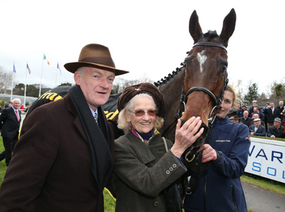 LEOPARDSTOWN SUN 24 JANUARY 2016  PICTURE: CAROLINE NORRIS      DOUVAN WITH WILLIE MULLINS , HIS MOTHER MAUREEN, AND GAIL CARLISLE AFTER WINNING THE FRANK WARD SOLICITORS ARKLE NOVICE STEEPLECHASE