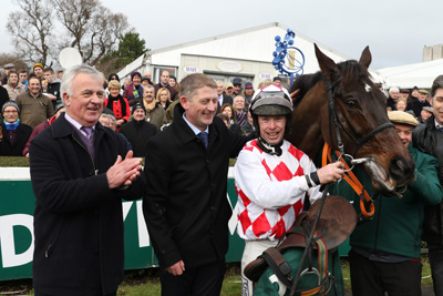 LEOPARDSTOWN SUN 27 DECEMBER 2015  PICTURE: CAROLINE NORRIS     FLEMENSTAR WITH STEPHEN AND TONY CURRAN, ANDREW LYNCH AND STEPHEN DUFFY AFTER WINNING THE PADDY POWER SO QUICK SO EASY IPHONE APP STEEPLECHASE