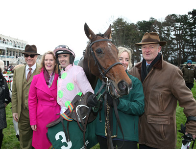 LEOPARDSTOWN SUN 27 DECEMBER 2015  PICTURE: CAROLINE NORRIS     LONG DOG WITH RICH RICCI, MAIREAD FARRELL FROM PADDY POWER, RUBY WALSH, LORNA MURPHY AND WILLIE MULLINS AFTER WINNING THE PADDY POWER FUTURE CHAMPIONS NOVICE HURDLE
