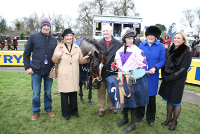 LEOPARDSTOWN TUES 29 DECEMBER 2015  PICTURE: CAROLINE NORRIS     KEPPOLS QUEEN WITH MONA O'LOUGHLIN, NOEL CANTWELL, MARK BOLGER AND JESSICA HARRINGTON AFTER WINNING THE WILLIS EBF MARES HURDLE
